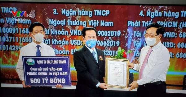 ông Lê Văn Kiểm ủng hộ quỹ vac xin